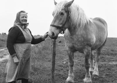 Boerin met paard 1957 --  Nationaal Archief, Heidemij