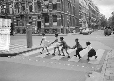 Overstekende kinderen Amsterdam 1956 - Nationaal Archief, J.D. Noske/Anefo