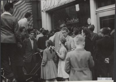 Televisie in etalage Amsterdam, 1952 - Nationaal Archief, Herbert Behrens/Anefo
